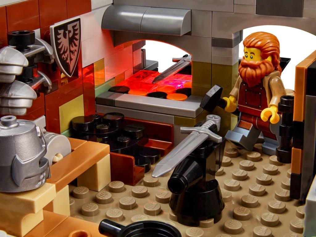 LEGO 21325 Medieval Blacksmith - detail 1