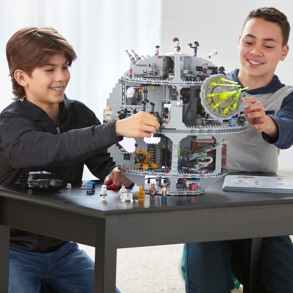 Twee kinderen aan het spelen met een LEGO Death Star