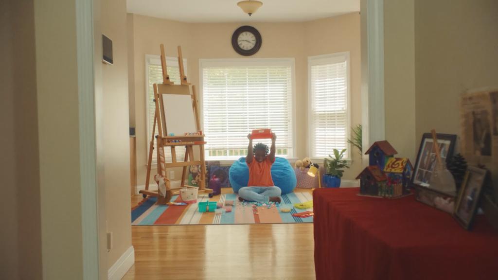 Meisje speelt met LEGO in de woonkamer