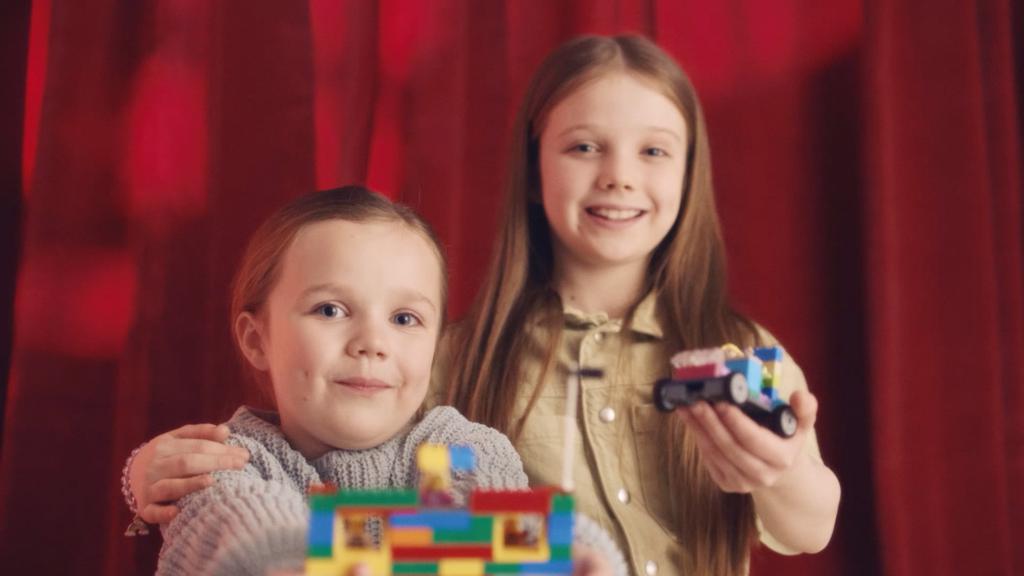 Twee meisje tonen hun LEGO bouwsels